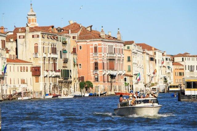 Exposição fotográfica mostra destinos italianos aos clientes do Casa Grande Hotel Resort (SP)